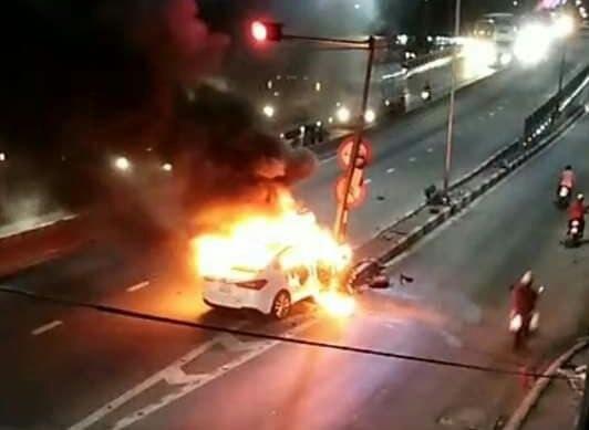 Xế hộp bốc cháy ngùn ngụt sau cú đâm trúng cột đèn giao thông